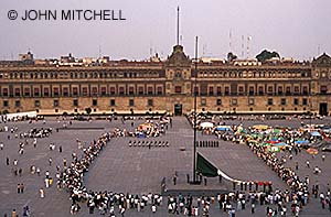 Flag-lowering ceremony in the Zocalo