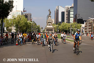 Sunday cyclists on the Paseo de la Reforma